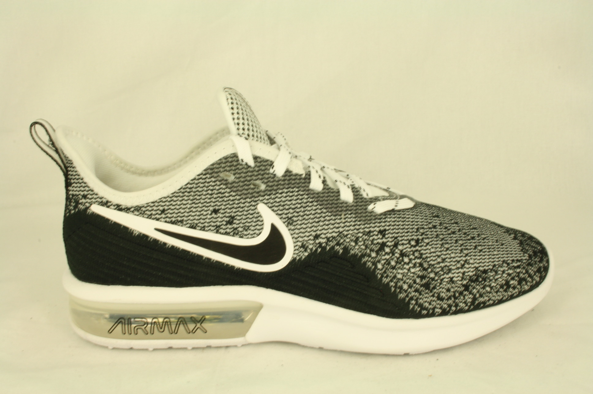 Nike: AO4485 001 Nike Air Max Sequent 4, witzwart, maat 39 tm 46 € 110,00